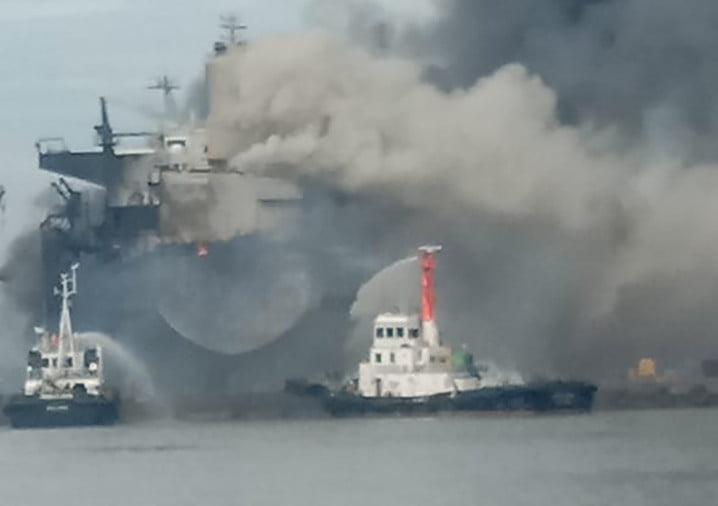Kapal tanker MT Jag Leela terbakar di galangan kapal milik PT Waruna Nusa Sentana Shipyard Belawan, Medan, Senin (11/5). FOTO: HUBLA
