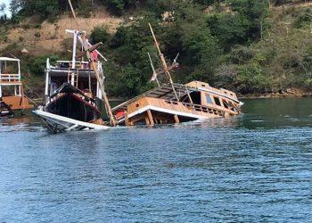 Dampak virus corona (Covid-19) membuat kapal wisata di Labuan Bajo tenggelam di tempat berlabuh karena tidak terawat dan tidak dijaga. FOTO: SALA UDINK