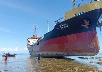 Kapal berbendera Thailand MT Sea Rider kandas di perairan Pulau Sambu, Kepulauan Riau. FOTO: HUBLA