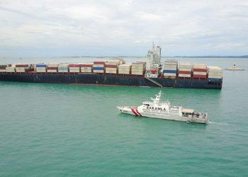 Kapal MV Sharaz yang kandas di perairan perairan Batu Berhenti, Pulau  Sambu, Batam. FOTO: BAKAMLA