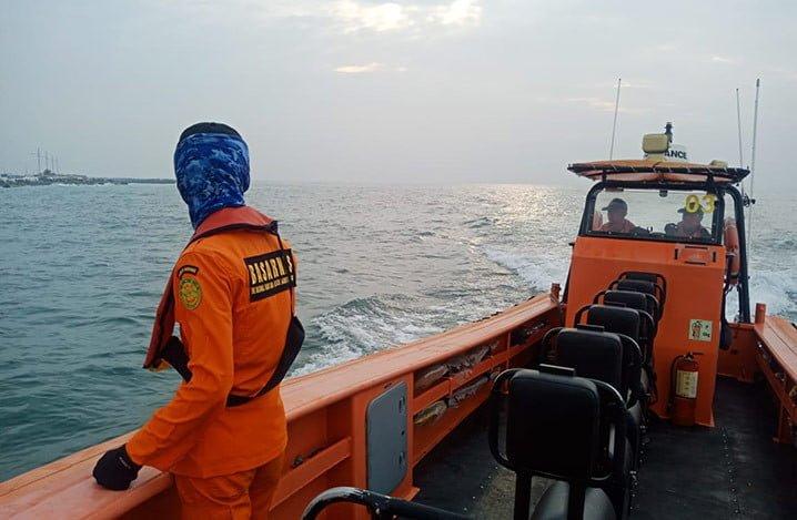 Tim SAR gabungan kembali melakukan pencarian terhadap seorang pemancing yang hilang di Teluk Jakarta, Senin (22/6). FOTO: BASARNAS JAKARTA