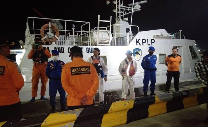 Kapal patroli KPLP bergabung dengan Tim SAR Jumat (19/6) malam untuk melakukan pencarian dan pertolongan korban tenggelamnya kapal Puspita Jaya. FOTO: DITJEN HUBLA