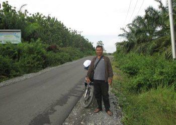 Pristiwanto saat melalukan penelitian di jalan Trans Luwuk-Toili di Suaka Margasatwa Bakiriang di sisi kiri jalan kawasan melintas maleo bertelur disisi kanan jalan setapak perkebunan kelapa sawit. FOTO: DOK. ISTIMEWA