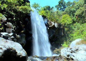 Air terjun tingkat pertama yang berada di kawasan Taman Nasional Tambora. Di sepanjang sungai ini terdapat 7 tingkat air terjun. FOTO: KSDAE/KLHK
