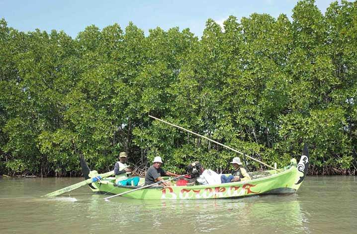 Nelayan di Kelurahan Mangunharjo, Kecamatan Tugu, Kota Semarang. Ekosistem mangrove yang sehat mendukung produktivitas perikanan. FOTO: NUGROHO ARIF PRABOWO/YKAN