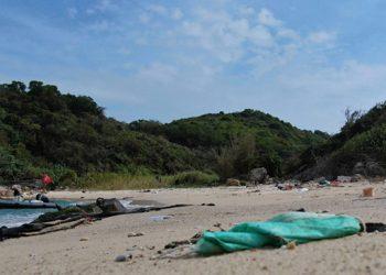 Masker yang ditemukan hanyut di pantai. FOTO: OCEANSASIA