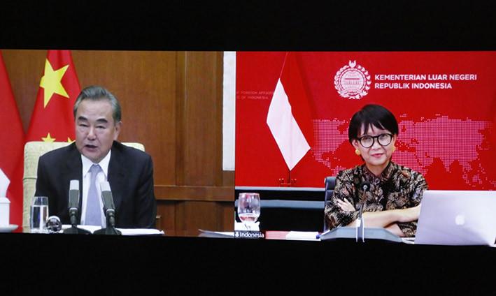 Menteri Luar Negeri Indonesia, Retno Marsudi dan Menteri Luar Negeri Republik Rakyat Tiongkok (State Councilor), saat pertemuan bilateral secara virtual untuk memperkuat kerja sama, Kamis (30/7). FOTO: KEMLU