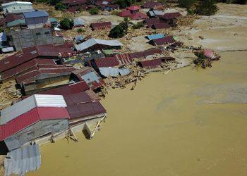 Banjir bandang  melanda 6 kecamatan di Kabupaten Luwu Utara, Provinsi Sulawesi Selatan, Senin (13/7). FOTO: BNPB