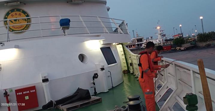 Basarnas Jakarta mengerahkan Kapal Negara (KN) SAR 103 Wisnu untuk melakukan evakuasi Kapal Motor Bahari Indonesia yang terbakar di Laut Jawa, Selasa (21/7) sore. FOTO: BASARNAS JAKARTA