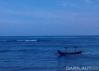 Ilustrasi jukung, perahu kecil bercadik di perairan Bali. FOTO: DARILAUT.ID