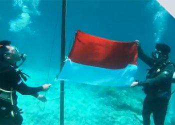 Pengibaran bendera Merah Putih untuk memperingati hari kemerdekaan Ri ke-75 di bawah laut TN Taka Bonerate, Senin (17/8). FOTO: KSDAE/KLHK