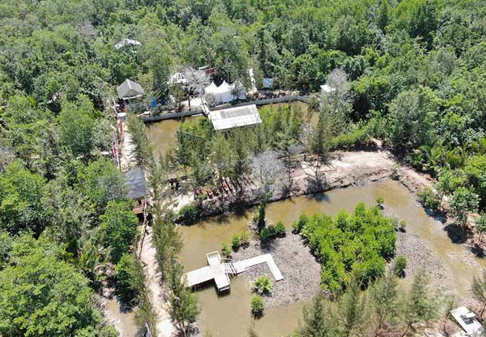 Rehabilitasi mangrove dengan mengembangkan silvofishery di Desa Kurau Barat, Kecamatan Koba, Kabupaten Bangka Tengah, Kepulauan Bangka Belitung. Teknik ini memadukan budidaya perikanan di areal mangrove. FOTO: PPID KLHK