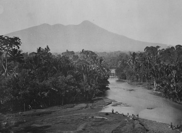 Sungai Ciliwung dari daerah Bogor dengan latar belakang Gunung Salak di akhir abad ke-19. FOTO: koleksi Tropenmuseum Amsterdam/wikipedia.org