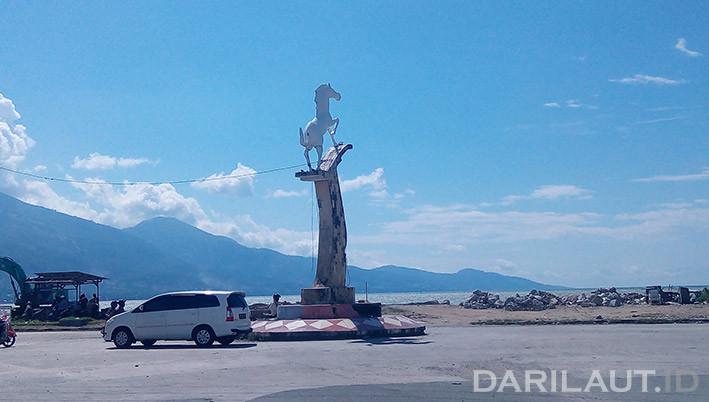 Patung kuda dekat pantai, di Kota Palu. FOTO: DARILAUT.ID