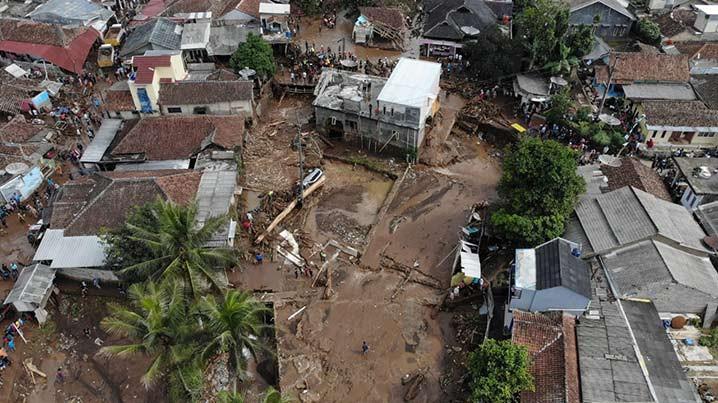 Pemantauan banjir bandang di Kecamatan Cicurug, Kabupaten Sukabumi, Jawa Barat Selasa (22/9). FOTO: TEGUH PRATAMA/BNPB