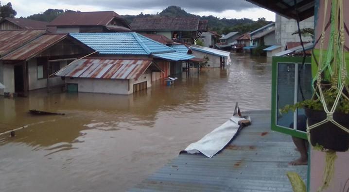 Banjir yang terjadi di Kecamatan Sokan, Kabupaten Melawi, Kalimantan Barat, Minggu (13/9). FOTO: BPBD Kabupaten Melawi/BNPB