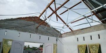 Rumah warga yang rusak akibat angin puting beliung di Kota Medan, Kamis (24/9). BPBD Kota Medan/BNPB