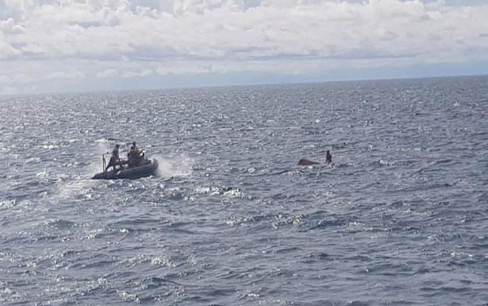 KRI Albakora-867 berhasil menyelamatkan Awud Waroke (38 tahun) nelayan asal Sorong saat perahunya terbalik dan terapung-apung di laut. Awud melaut untuk mencari ikan di perairan Selat Sele, sebelah Utara Pulau Wawya, Sorong, Papua Barat, Minggu (6/9). FOTO: TNIAL.MIL.ID