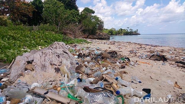 Ilustrasi sampah plastik di pinggir pantai. FOTO: DARILAUT.ID