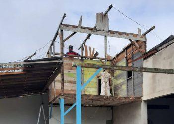 Bencana angin puting beliung terjadi di Kota Singkawang, Kalimantan Barat pada Minggu (20/9). BPBD Kota Singkawang/BNPB