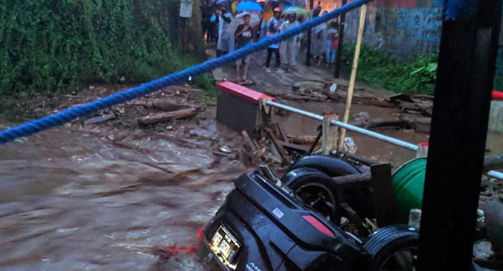 Banjir bandang terjadi di Kabupaten Sukabumi menyebabkan 12 rumah dan 1 mobil hanyut, serta 85 rumah terendam Senin (21/9), pukul 17.10 WIB. FOTO: BPBD Kabupaten Sukabumi/BNPB