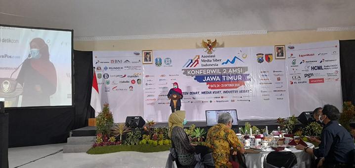 Gubernur Jawa Timur Khofifah Indar Parawansa saat memberikan sambutan dalam Konferensi Wilayah (Konferwil) AMSI Jawa Timur (Jatim) ke-2 tahun 2020 di Kota Batu, Malang, Sabtu (24/10). FOTO: AMSI JATIM