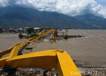Jembatan kuning di Kota Palu, Sulawesi Tengan, ambruk setelah gempa Magnitudo 7,4 disusul tsunami, Jumat 28 September 2018. FOTO: DARILAUT.ID