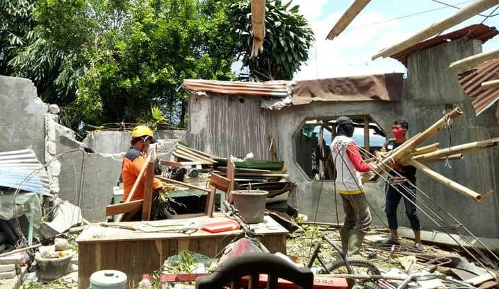 Tim Reaksi Cepat BPBD Kabupaten Wonosobo bersama warga desa membersihkan puing rumah yang rusak akibat diterjang angin kencang di Wonosobo, Minggu (11/10). FOTO: BPBD Kabupaten Wonosobo/BNPB