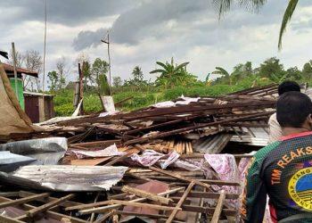 Angin puting beliung melanda Kabupaten Barito, Selasa (13/10). FOTO: BPBD Kabupaten Barito Kuala/BNPB