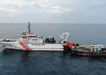 Kapal ikan JHF 5183 T berbendera Malaysia ditangkap Pangkalan Penjagaan Laut dan Pantai (PPLP) Kelas II Tanjung Ubansaat berada di perairan Berakit, Kepulauan Riau, Selasa (6/10). FOTO: DITJEN HUBLA