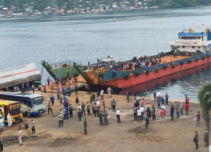155 anak buah kapal dan 2 jenazah tiba di Pelabuhan Bitung, Sulawesi Utara, Jumat (6/11). FOTO: KEMLU