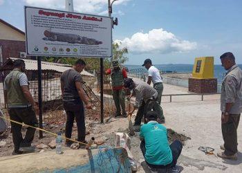 Papan imbauan agar warga lebih berhati-hati dan tidak membuang bangkai ikan di pantai Teluk Kupang. FOTO: KLHK