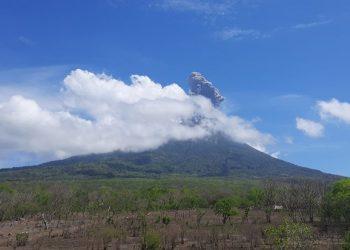 Gunung api Ili Lewotolok di Kabupaten Lembata, Provinsi Nusa Tenggara mengalami erupsi pada Minggu (29/11). FOTO: PVMBG/BNPB