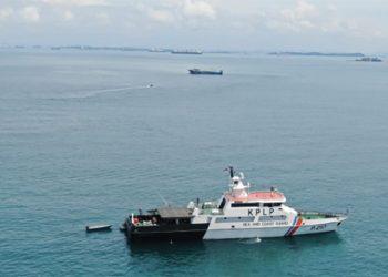 Kapal Patroli KN Rantos P 210 mengecek kapal Lu Rong Yuan Yu 988, berbendera Tiongkok yang kandas di perairan Takong, Kepulauan Riau, Kamis (5/11).