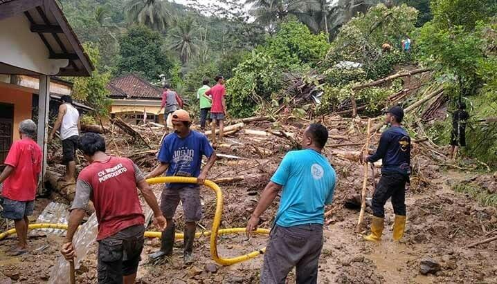 Tanah longsor yang terjadi pada Selasa (17/11) pukul 02.00 WIB di Kecamatan Sumpiuh, Kabupaten Banyumas, Jawa Tengah. FOTO: TRC Kabupaten Banyumas/BNPB