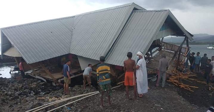 Sejumlah warga mendatangi salah satu rumah yang roboh akibat diterjang angin kencang di Kabupaten Sumbawa, Nusa Tenggara Barat, Senin (9/11). FOTO: BPBD Kabupaten Sumbawa/BNPB