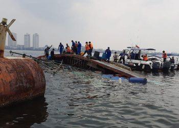KM Bina Rejeki terbalik setelah menabrak kapal karam di perairan pintu Pelabuhan Muara Angke, Jakarta Utara. FOTO: BASARNAS JAKARTA