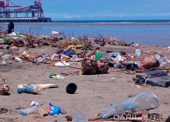 Sampah plastik di pantai Inobonto, Kabupaten Bolaang Mongondow, Sulawesi Utara. FOTO: DARILAUT.ID