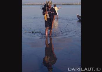 Nelayan Danau Limboto. FOTO: DARILAUT.ID