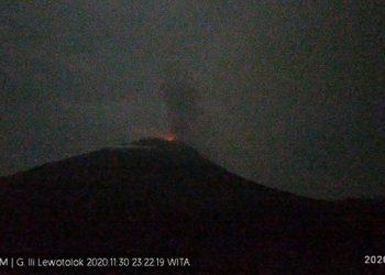 Gunungapi Ili Lewotolok erupsi Senin (30/11) malam. FOTO: PVMBG/BNPB