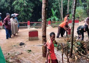 Sungai Kali Paruk di Kabupaten Banyumas meluap, Rabu (27/1). FOTO: BPBD Kabupaten Banyumas/BNPB