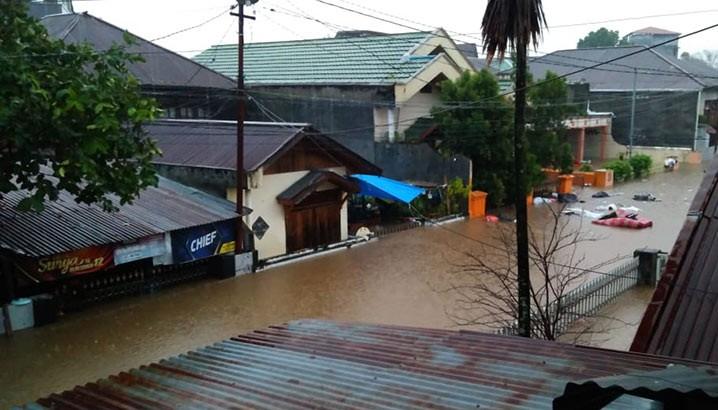 Rumah warga terendam banjir di Kota Manado, Jumat (22/1). FOTO: Relawan BPBD Kota Manado/BNPB