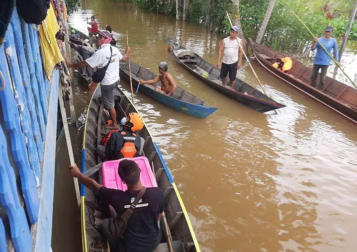 Tim medis Dompet Dhuafa membantu warga yang terdampak banjir di Kalimantan Selatan. FOTO: DOMPET DHUAFA