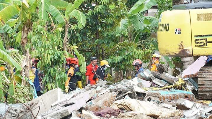 Sejumlah relawan bersama tim SAR DMC Dompet Dhuafa melakukan pencarian dengan cara menyisir korban yang tertimpa material puing-puing akibat gempa Jumat (15/1) di Majene, Sulawesi Barat. FOTO: DMC DOMPET DHUAFA