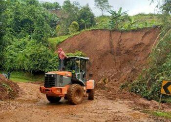Jalur darat yang menghubungkan Kabupaten Majene dan Kabupaten Mamuju, Sulawesi Barat, sudah dapat dilalui kendaraan. FOTO: Kodam XIV/Hasanuddin/BNPB