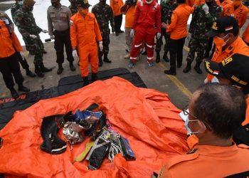 Serpihan pesawat dan properti korban pesawat Sriwijaya Air SJ-182. FOTO: BASARNAS