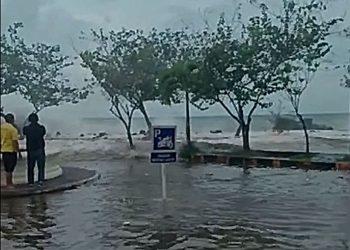 Banjir rob di pesisir Kota Manado karena akumulasi gelombang tinggi, angin kencang dan fase pasang air laut maksimum. FOTO: ISTIMEWA