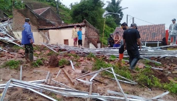 Bencana alam tanah longsor di Cihanjuang, Kabupaten Sumedang, Jawa Barat Sabtu (9/1). FOTO: BPBD Kabupaten Sumedang/BNPB