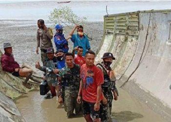 Benda mirip badan pesawat ditemukan di tepi laut Teluk Ranggau Kalimantan Tengah. FOTO: TNIAL.MIL.ID
