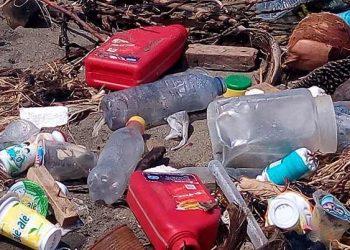 Sampah yang dibuang begitu saja di pinggir pantai. FOTO: DARILAUT.ID